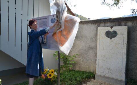 Kirchenpflegepräsidentin Patricia Zindel enthüllt die Informationstafel